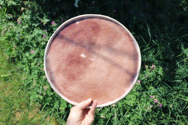 plat décoratif en grès émaillé rose translucide craquelé