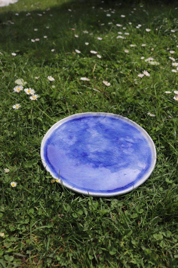 plat décoratif en grès bleu craquelé