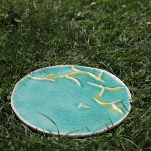 plat décoratif en grès blanc avec montagnes vertes émaillé vert turquoise