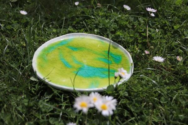plat décoratif en grès blanc émaillé bleu et vert turquoise