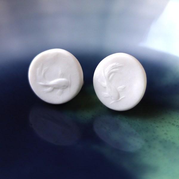 Clous d'oreille en porcelaine gravée d'un poisson carpe