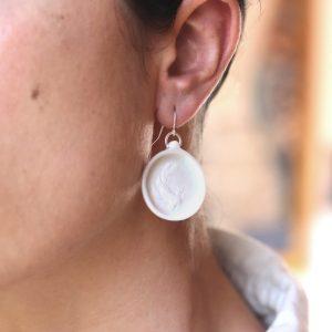 Boucle d'oreille en porcelaine gravée d'un poisson carpe