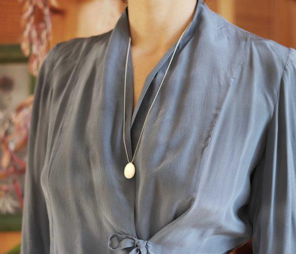 Collier pendentif goutte d'émail en verre blanc