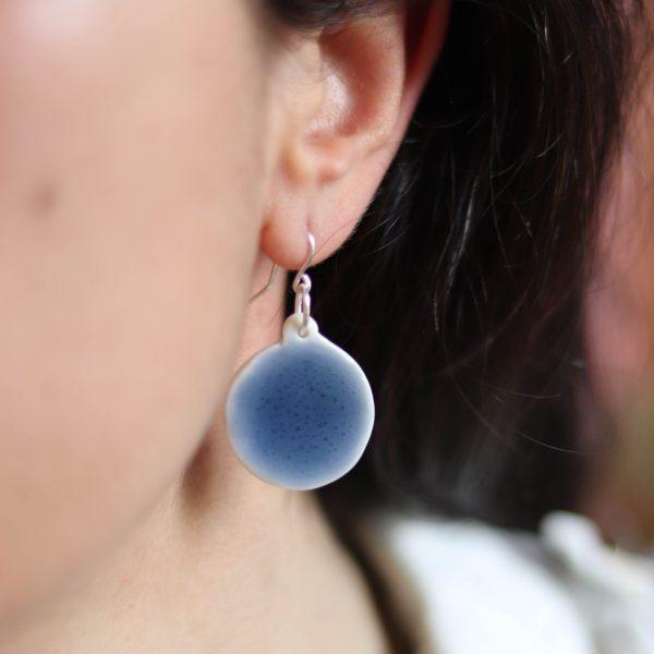 Boucles d'oreilles en porcelaine émail bleu bulles