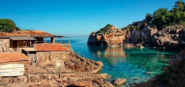 Puerto de Deia para un velero en Mallorca