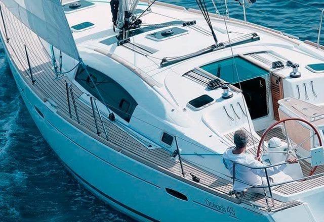 Navegando en el Alquiler de Velero Oceanis 43 en Ibiza