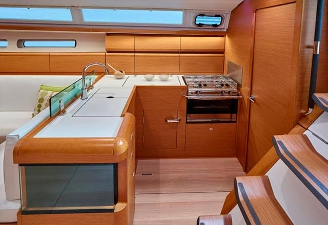 Cocina del Alquiler de Velero Sun Odyssey 449 en Ibiza