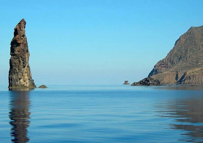 Farallones en un Viaje de Vacaciones en Velero a Sicilia