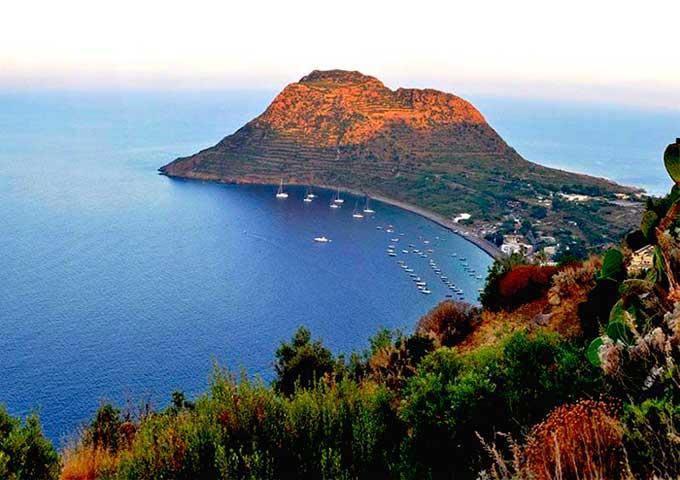 Purerto de Filicudi para Viaje de Vacaciones en Velero a Sicilia