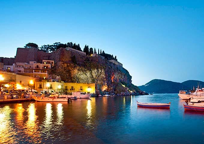 Puerto de Lipari para Viaje de Vacaciones en Velero a Sicilia
