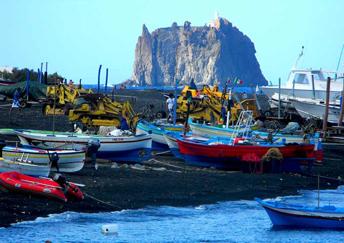 Playa de Stromboli con Barcos