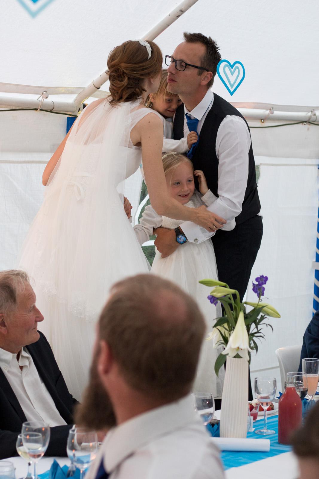 Tine og Allans bryllup - kys på stolen