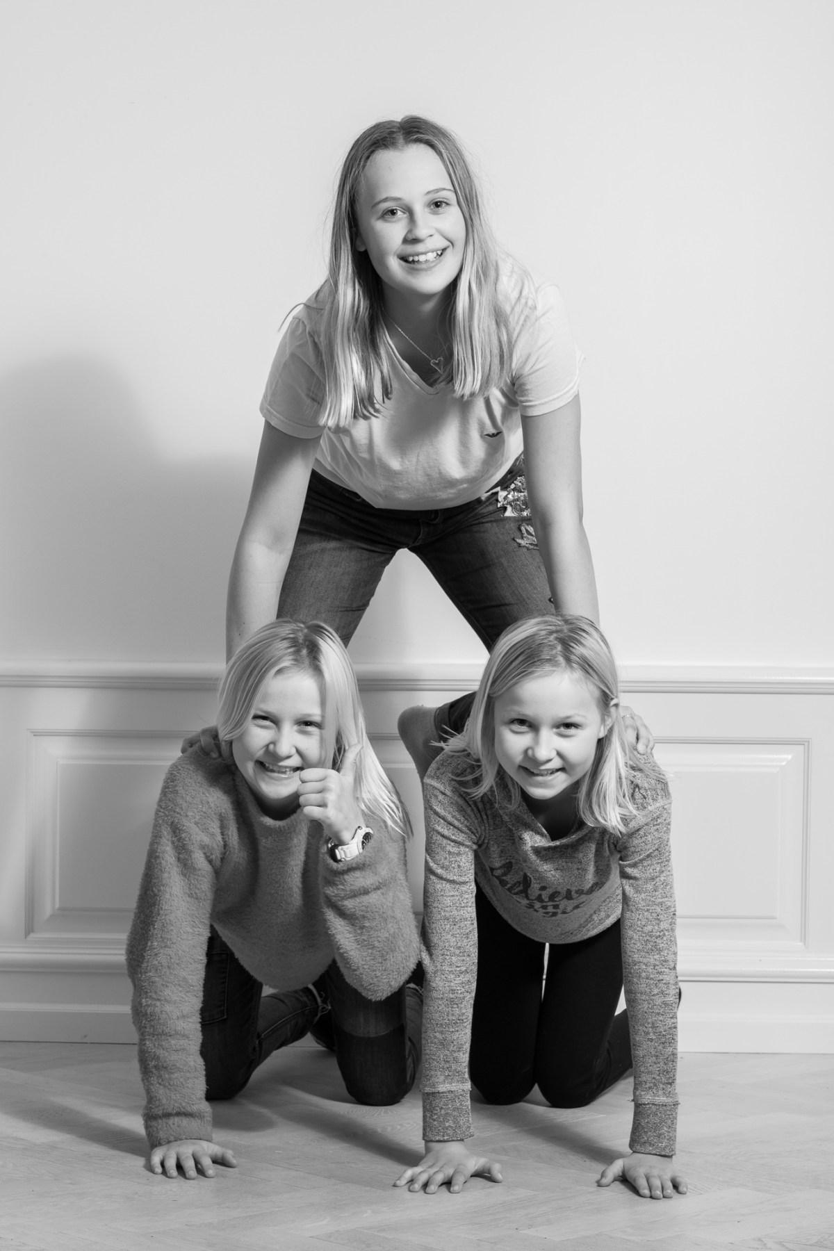 Tre piger laver pyramide - sort/hvid