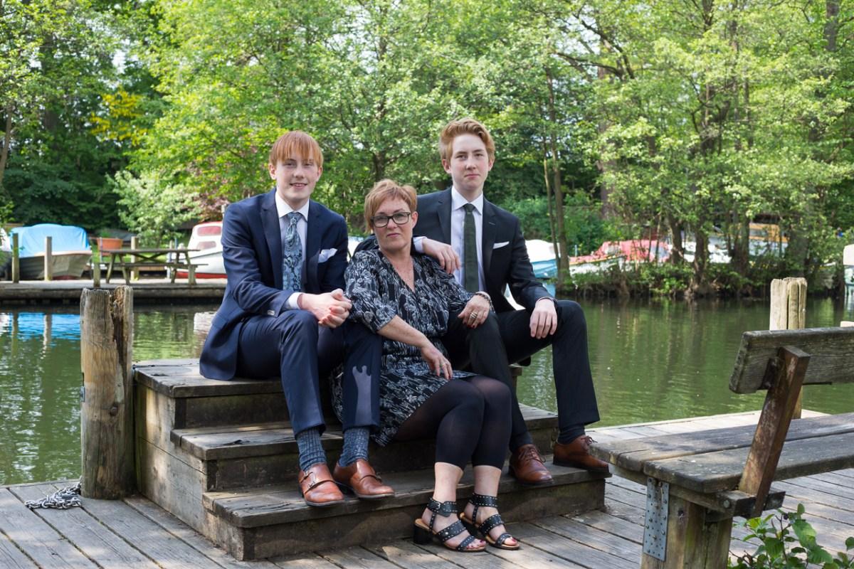 Konfirmanden med bror og mor