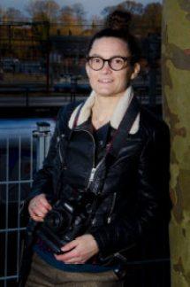 Fotografen i læderjakke med kamera om halsen