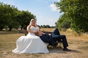Brudepar på bænk