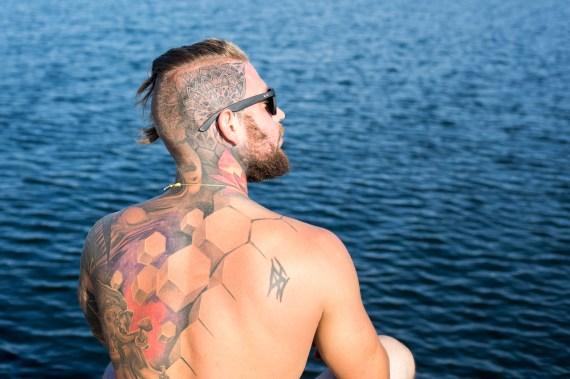 halvtotal, mand med tatovering på ryg, hals og hovede