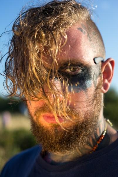 close-up portræt, mand malet sort rundt om øjnene