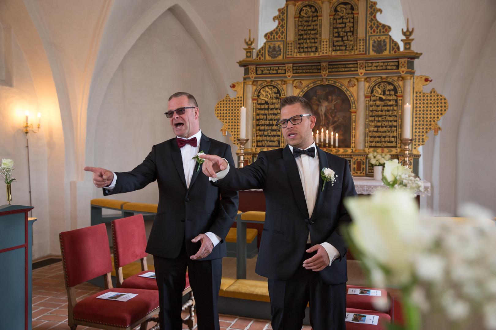 gom og far venter i kirken, peger på det samme