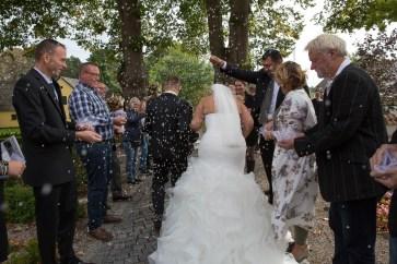 Riskastning er en herlig tradition, og aldrig har jeg set så meget ris i luften, som til Caroline og Magnus' bryllup.