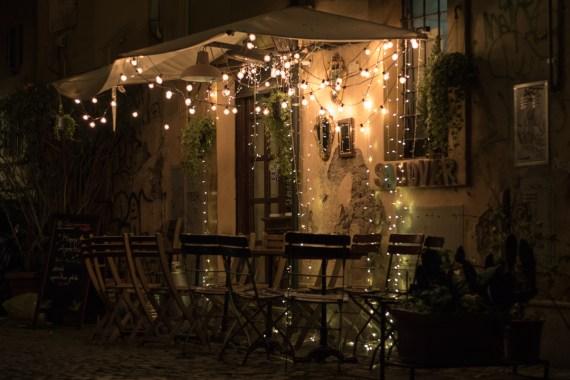 Så mange hyggelige cafeer, med lyskæder til at give hygge i vintermørket