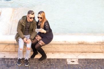 Et par kigger er ved at tage en selfie foran Trevi fontænen i Rom