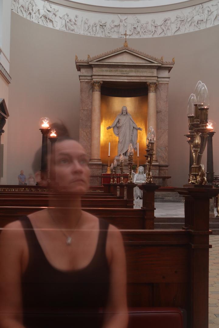 Gennemsigtig på en kirkebænk