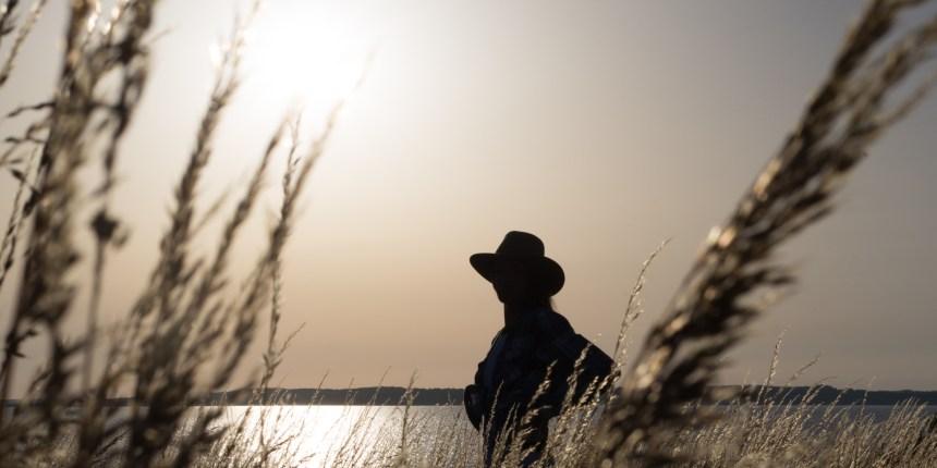 silhouette af model med cowboyhat