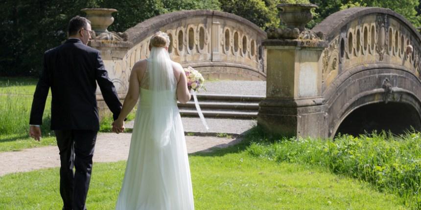brudepar går hen mod bro