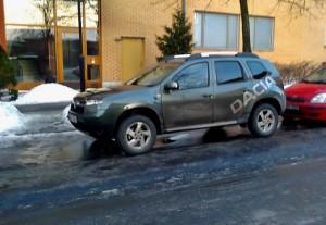 Fickparkera på gata med is och höga kanter, inga problem för en Duster
