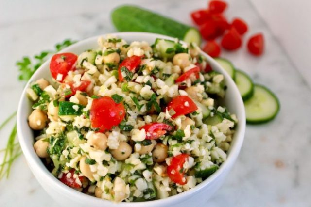 Beat the summer heat with this Cauliflower Chickpea Tabbouleh. A quick and easy no-cook side dish that's perfect for feeding a crowd! | www.bytesizednutrition.com