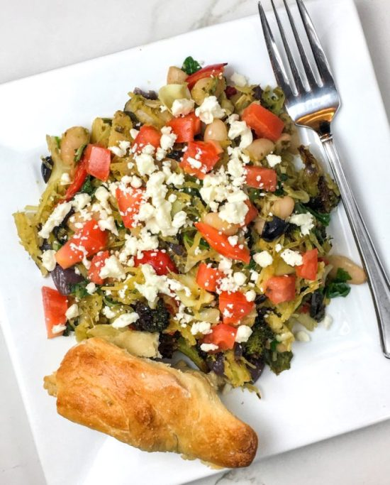 Greek Pesto Spaghetti Squash | Weekly Bytes | www.bytesizednutrition.com