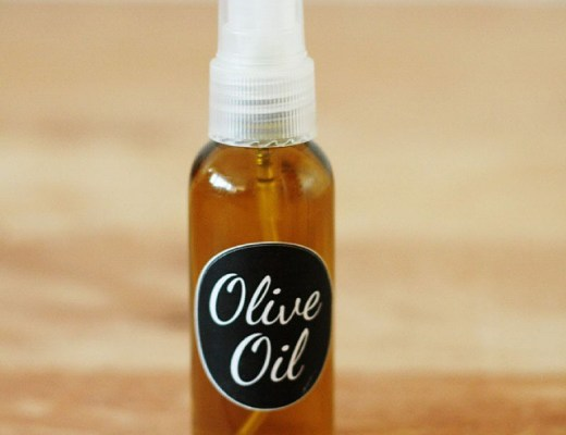 So simple but super handy: olive oil in a spray bottle. Now on the blog #diy