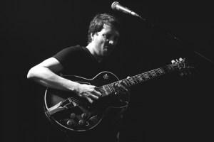 Bert Dockx van Dans Dans op zijn Ibanez George Benson-gitaar