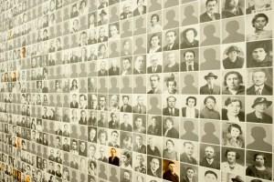 Indrukwekkende portrettenmuur in Kazerne Dossin