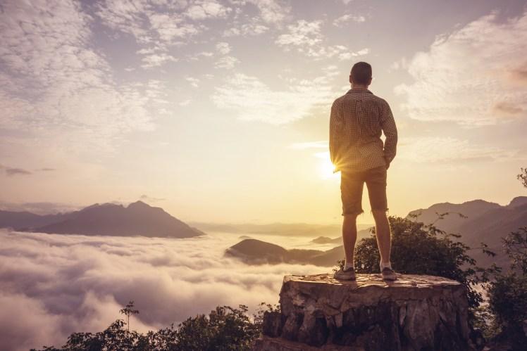 Mann Auf Einem Gipfel Über Den Wolken
