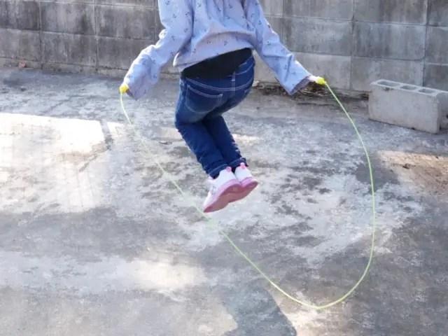 縄跳びの少女