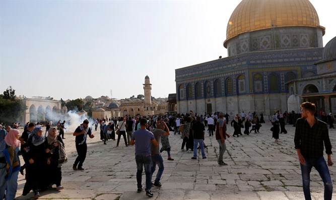 Jew Detector: Arabs Riot On Temple Mount After Metal Detectors Removed