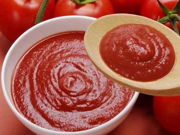 ٹماٹو کیچپ صرف کھانے کےلیے ہی نہیں بلکہ برتنوں سے زنگ کی صفائی میں بھی بہت مفید ثابت ہوسکتا ہے۔ (فوٹو: فائل)