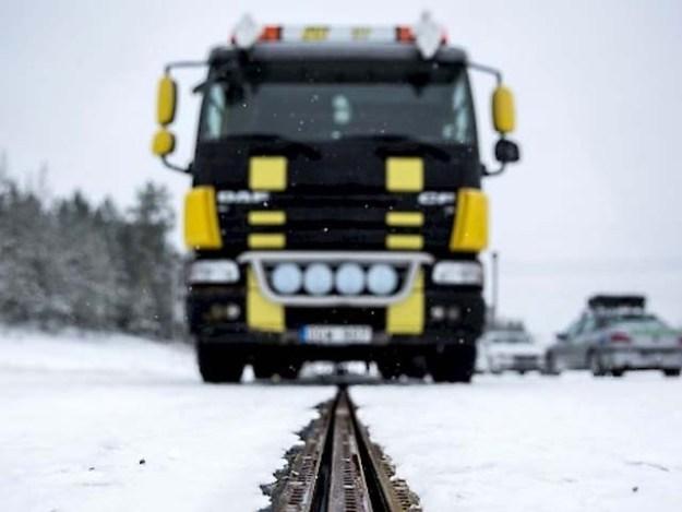 سویڈن نے توانائی کے بحران سے نکلنے کے لیے دنیا کی پہلی برقی سڑک بنانے کا فیصلہ کیا۔ فوٹو : فائل