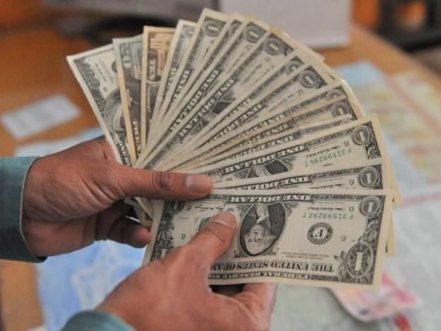 پراپرٹی خریدنے کیلیے این ٹی این کی شرط لازمی قراردیے جانے کے باعث سرمایہ ڈالرمارکیٹ میں لگنے سے ڈالرکی قدرمتواتربڑھ رہی تھی۔ فوٹو: سوشل میڈیا