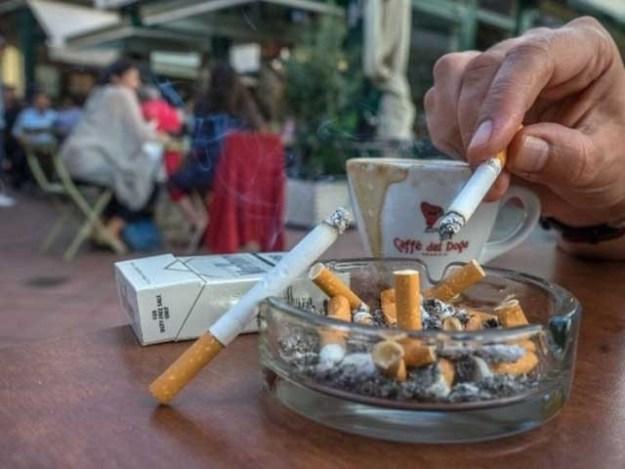 افطار کے فوری بعد سگریٹ نوشی صحت کے لیے زیادہ خطرناک ثابت ہوتی ہے۔ فوٹو : فائل