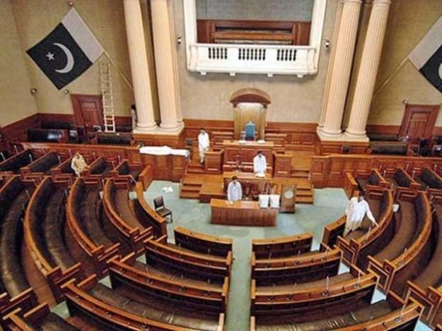 عمران خان بہترین وزیراعلی کی تلاش میں ہیں جب کہ امیدواروں کی لمبی قطار ہے فوٹو:فائل