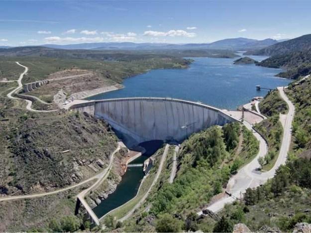 ہائیڈرو پاور دنیا کی بجلی کا لگ بھگ پانچواں حصہ فراہم کرتی ہے، اسی کی وجہ سے ہماری زرعی پیداوار کو بجلی ملتی ہے۔ فوٹو : فائل