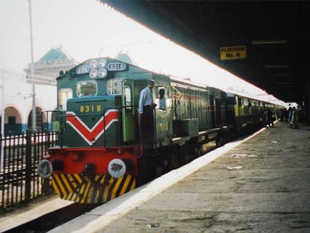 ریلوے کرایوں میں اضافے کا اطلاق 7 دسمبر سے ہوگا۔ فوٹو: فائل
