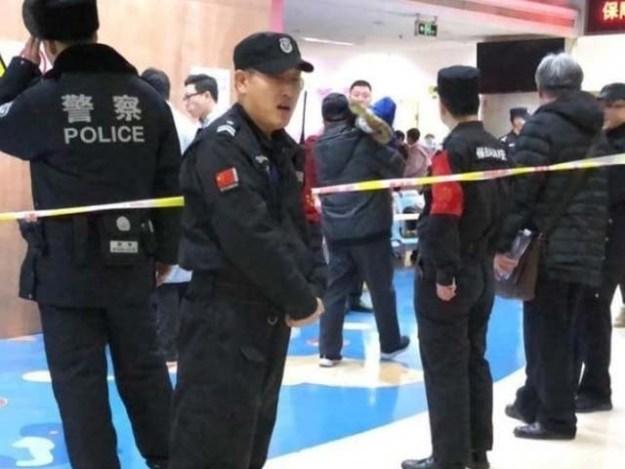 اسپتال کے باہر بڑی تعداد میں پولیس کی نفری تعینات ہے۔ فوٹو : فائل