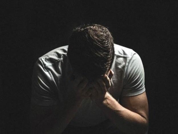 آسٹریلوی نوجوان نے مسلسل 20 روز تنہا ایک تاریک کمرے میں گزارے لیکن شرط ہار گیا۔ فوٹو: فائل