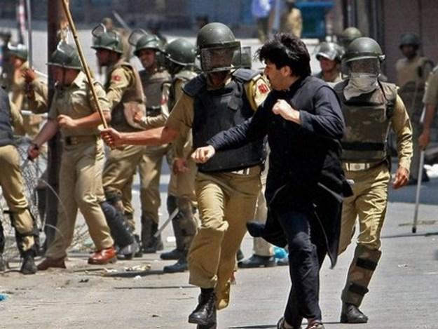 ضلع بھر میں موبائل اور انٹرنیٹ سروس کو معطل کردیا گیا ہے، کشمیر میڈیا سیل۔ فوٹو:فائل