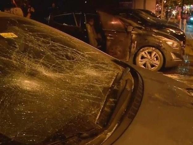 دنیا سے نالاں اور قسمت سے ناراض بزرگ شخص شہریوں کی گاڑیوں کو شدید نقصان پہنچاتا۔ فوٹو : فائل