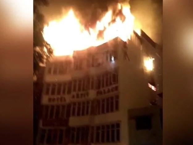 ہوٹل میں آگ لگنے کے واقعے کی تحقیقات جاری ہیں۔ فوٹو : بھارتی میڈیا